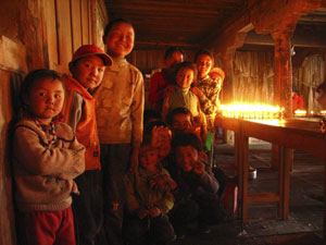 The children of Jianzha in the Serkhang Yul-lha Lhakhang (Larencuo).