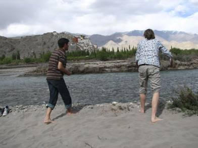Andreas Catanese and Andre Alexander at the banks of the Indus river (Lala07)