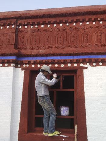 Restoration of Tibetan-style window at Judamiin dugan
