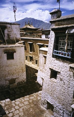 Old Lhasa: Oedpug quarter inside the Barkor (Alexander 2000)