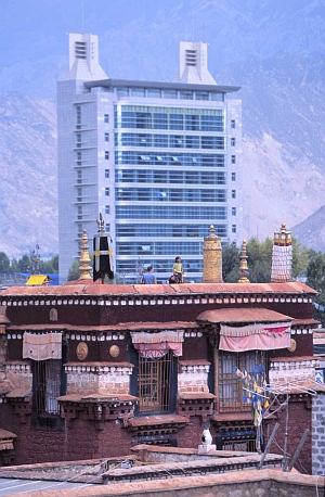 Lhasa Ramoche and the PSB skyscraper (J. Müller 2003)