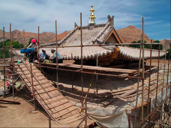 The completed roof with Ganjira spire in center
