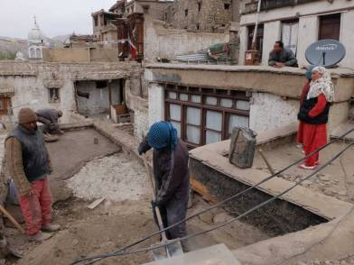THF/LOTI team repairing Bijal house with the house Mrs Thaira Bano and neighbours.
