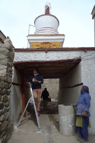 To finalise, the stupa was whitewashed and wooden elements painted with a natural red colour.
