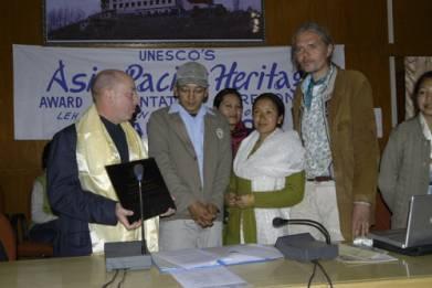 UNESCO representative R. Engelhardt presents THF with award