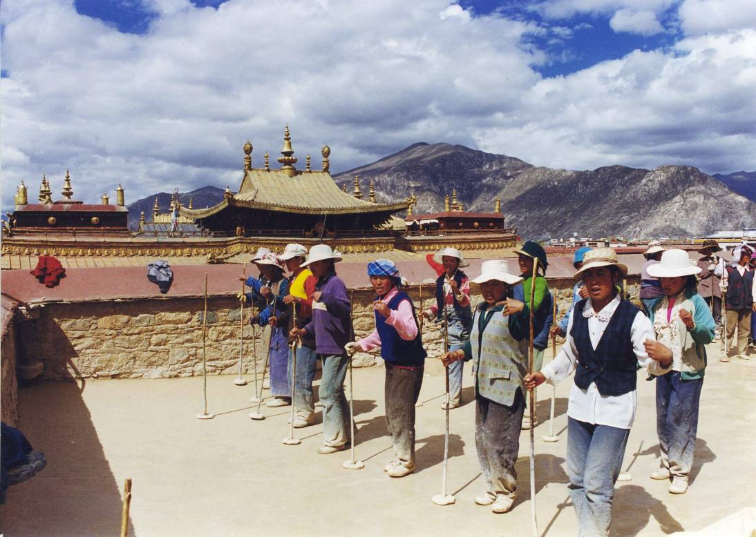 Arga is an acient Tibetan roofing technology revived in the Lhasa old city by THF (Francoise Beguin 99)