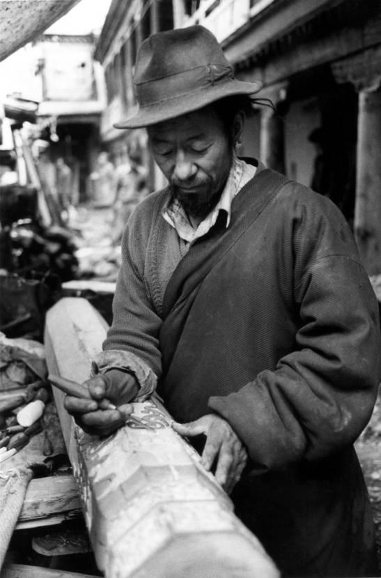 Carpenter master Choechok at work on the THF Meru Nyingpa project (Carlo Meazza 99)